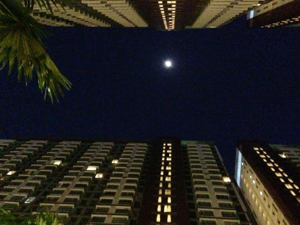 พระจันทร์อยู่กลางระหว่างคอนโด